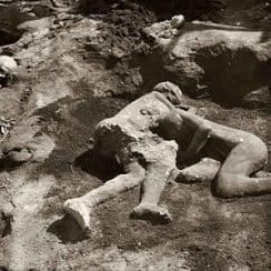 Sự thật về cặp đôi ôm chặt nhau dưới tro núi lửa 2.000 năm